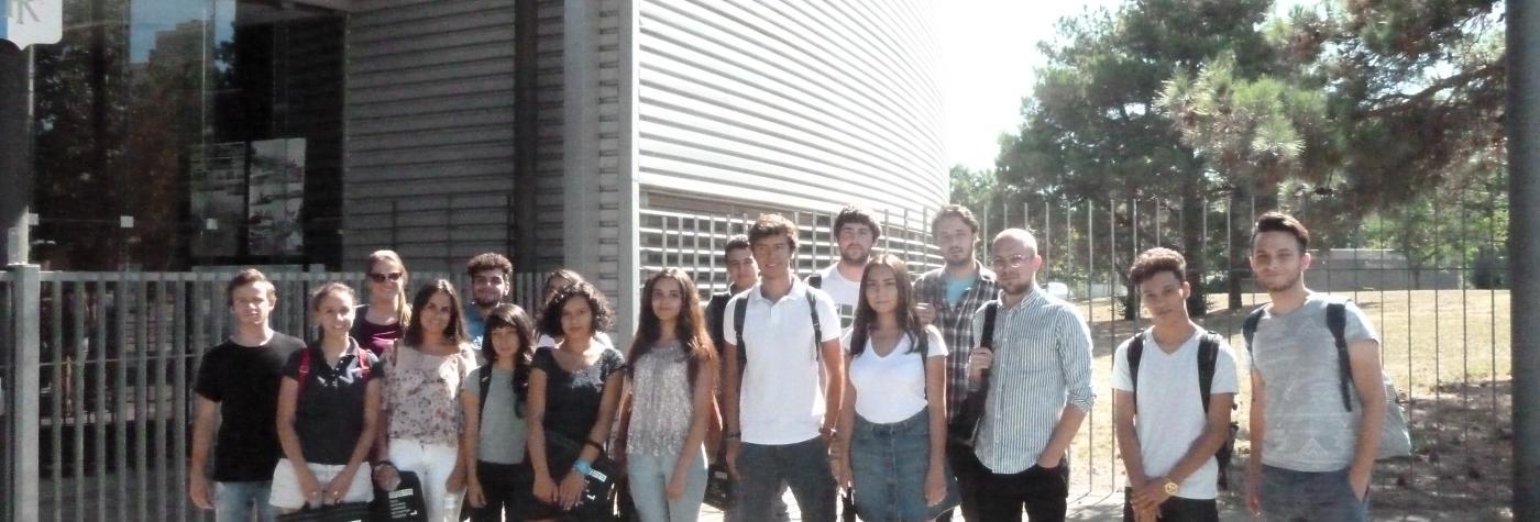 Groupe d'étudiants devant l'ENSA de Toulouse